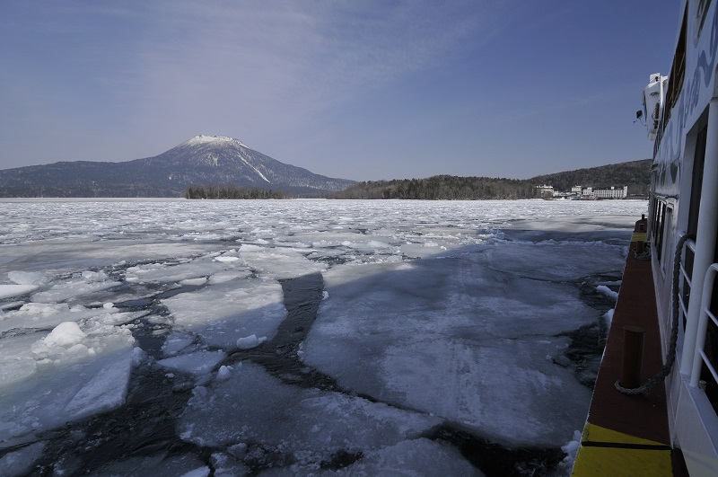 阿寒湖砕氷船と雄阿寒岳